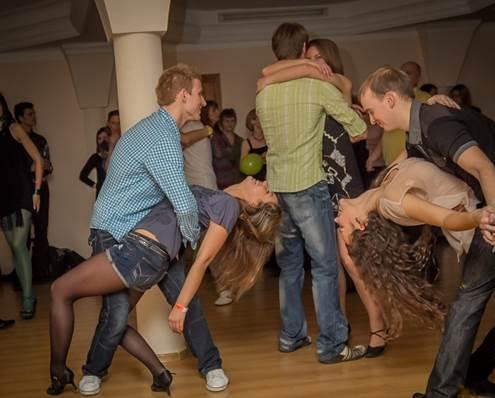 """Vis daugiau lietuvių mėgaujasi Lotynų Amerikos šokiais, kuriais jie gali išreikšti savo aistrą ir temperamentą. (""""Souls"""" studijos archyvo nuotrauka.)"""