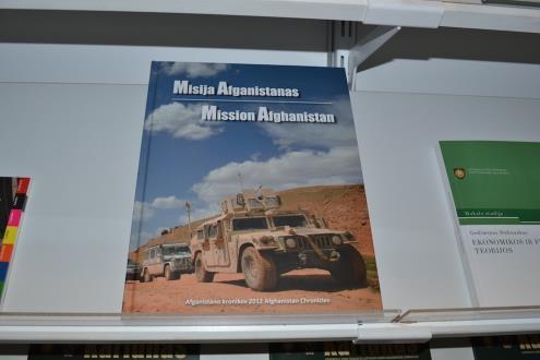 Knygoje skaitytojai išvydo 2012 m. misijoje Afganistane užfiksuotas įsimintiniausias karių ir vietinių gyventojų akimirkas, kurias papildo misijoje dalyvavusių karių mintys, įvykių aprašymai.