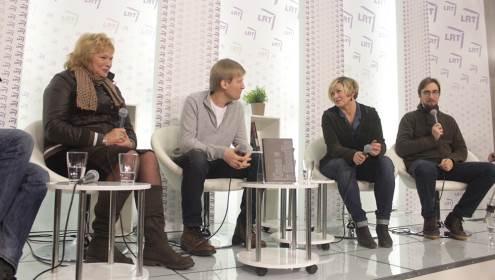 """Knygos """"Kinas ir filosofija"""" autoriai diskutuoja apie kino ir filosofijos sankirtą. Iš kairės: Jūratė Baranova, Nerijus Milerius, Audronė Žukauskaitė ir Lukas Brašiškis. Autorės nuotrauka."""