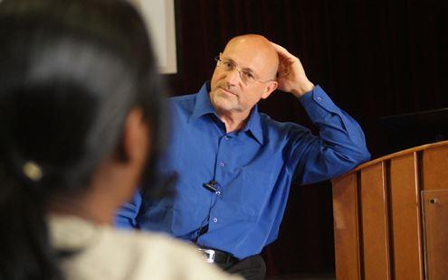 """A. Havardas: """"Suvokite savo talentus, didžiuokitės jais, dalinkitės su visuomene. Prisiminkite, savęs pervertinti neįmanoma"""". Nuotrauka iš http://hvli.org/en/"""