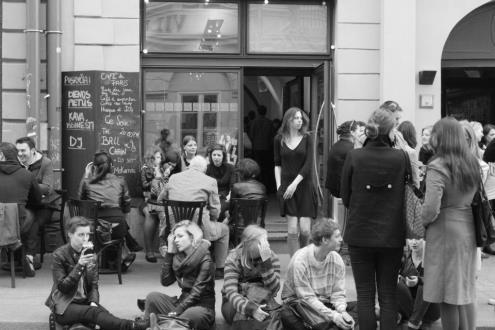 Kaip Prancūzija nėra tik elektroninės šokių muzikos šalis, taip ir Lietuvos klubai nėra tik vietos, kur grojama populiarioji muzika. Pasak J. Rollande, išskirtinių vietų Vilniuje yra, net jei jų nedaug