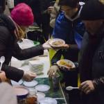 Savanoriai protestuotojams dalino karštą maistą, konservuotas daržoves. Dariaus Abromaičio nuotr.