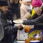 Savanoriai protestuotojams dalino karštą maistą, konervuotas daržoves. Dariaus Abromaičio nuotr.