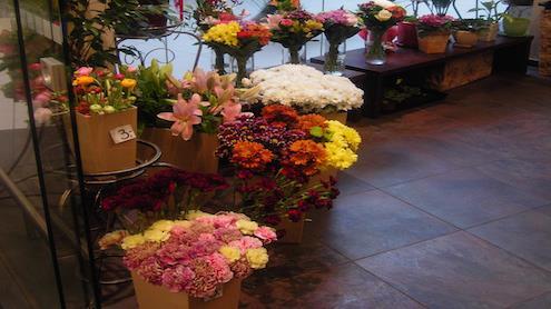 Floristės teigimu, gėlių kompozicijas dažniausiai perka moterys, vyrai mieliau renkasi skintas gėles. Autorės nuotr.