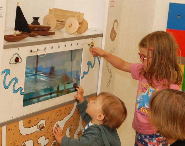 Buities žaislų stende plaukioja ir lankytojų akį traukia medinės valtelės.
