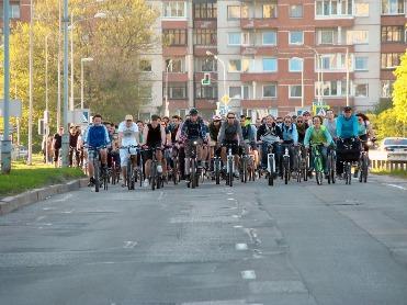 """""""Kritinės masės"""" tradicija – dviračių kėlimas Arkikatedros aikštėje. Jordžio Ingilerto nuotrauka."""