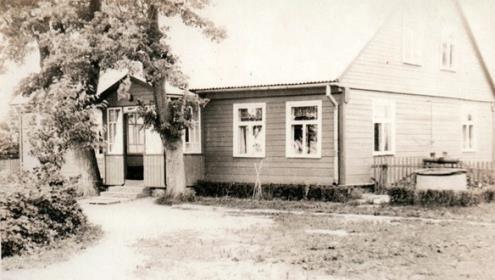 Nuotraukoje - namas Mosėdyje, kuriame gyveno ir iki šiol tebegyvena Marytė.