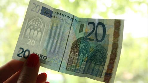 Grynųjų pinigų tvarkytojai pirmieji supažindinami su euru. Autorės nuotr.