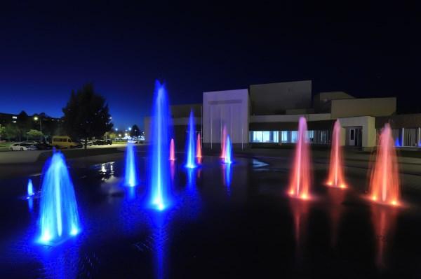 Spalvingi miesto fontanai džiugina akį, bet nesukuria darbo vietų. Mariaus Bendzelausko nuotr.