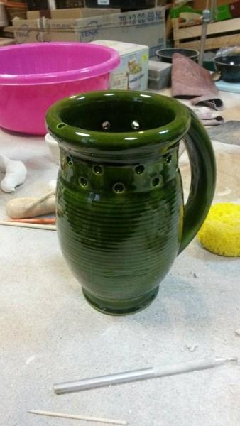 Pasak keramiko Vyganto Vasaičio, dirbinys yra sukurtas, naudojant Vilniaus Valdovų rūmuose rastas šukes. Ąsočio idėja – žmogus turi sugalvoti, kaip atsigerti vandens ir neapsipilti pro šonuose esančias skylutes. Autorės nuotr.