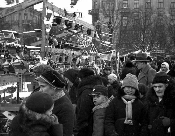 1935 m. Prekyba žaislais Lukiškių aikštėje. Nuotraukos autorius Władysław Piotrowski. Šaltinis: Vilniaus miesto studija.