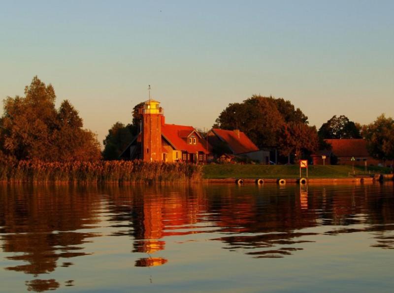 Uostadvario švyturys dabar jau sergėjantis Nemuno deltos regioninio parko krantus. Monikos Dobrovolskytės nuotr.