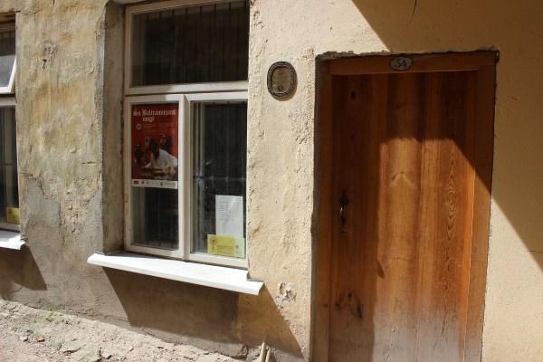 Vos kelių kvadratinių metrų dirbtuvės primena senus lietuviško kaimo namukus. Autorės nuotr.