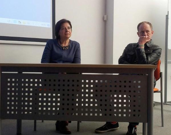 Filmo kūrėjai maloniai atsakinėjo į studentų klausimus.