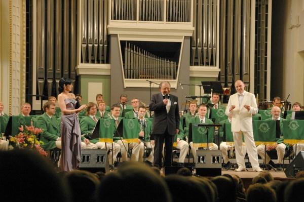"""M. Novikas su ,,Trimito"""" orkestru turo ,,Žalioj stotelėje"""" metu"""