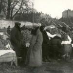 1936 metai, Šv. Kazimiero turgus Lukiškėse. Prekyba beigeliais. Nuotraukos autorius Jerzy Hoppen. Šaltinis: Vilniaus miesto studija.