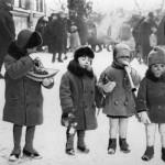 1929 m. kovo 2 d. Vaikai su žaislais ir saldainiais Šv. Kazimiero turguje Lukiškių aikštėje. Šaltinis: Vilniaus miesto studija.