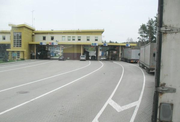 Vairuotojai dokumentus pasienyje tvarko lauke ir žiemą, ir vasarą. Autorės nuotr.