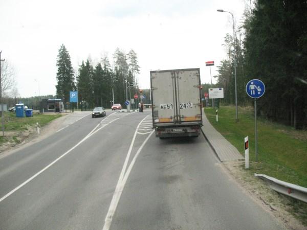 Vairuotojai pasienyje gali praleisti net 3 paras, čia kyla konfliktų ir girtuokliavimų, vyksta vagystės. Autorės nuotr.