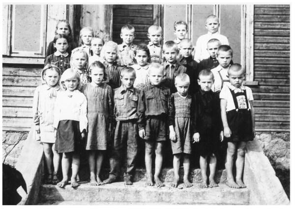 Pirmaklasiai 1947 m. (senelis pirmoje eilėje ketvirtas iš kairės). Nuotrauka iš asmeninio archyvo.