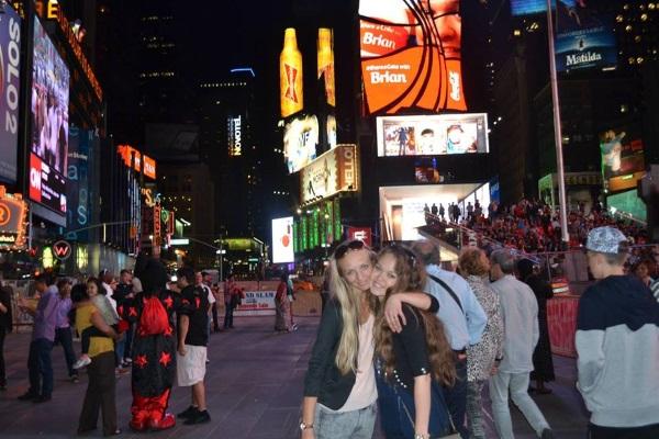 """Gintarė ir Paulina dirbdamos JAV aplankė ir garsųjį """"Times Square"""" Niujorke."""