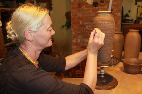 Regina Mataitienė neįsivaizduoja gyvenimo be kasdienio darbo su juodąja keramika.