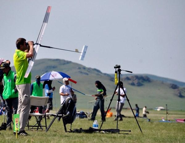 Aviamodeliavimo entuziastai tikina, jog potraukis šiai veiklai neišblėsta visą gyvenimą. Nuotrauka iš Lietuvos aviamodelių sporto federacijos puslapio.