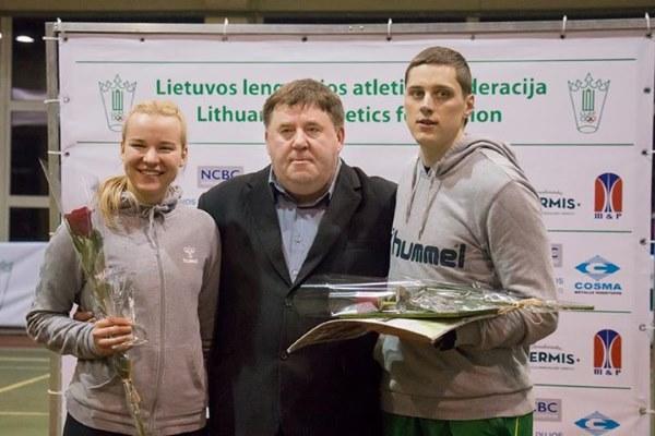 Rytis Sakakalauskas su treneiu Aleksu Stanislovaičiu ir sprintere Karolina Deliautaite. Inge La fotografija