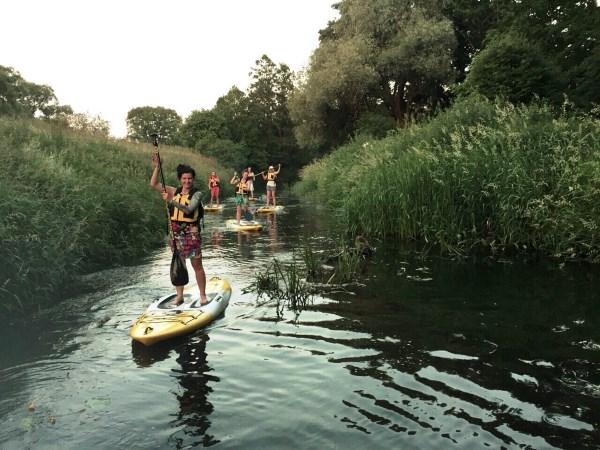 Pažintinę kelionę Šyšos upe, aukščiau Šilutės, pradėjome apie 21 val., kai liepos mėnesio saulė jau ėmė leistis ir dangų dažyti purpuriniais atspalviais. Vytauto Mikušausko nuotr.