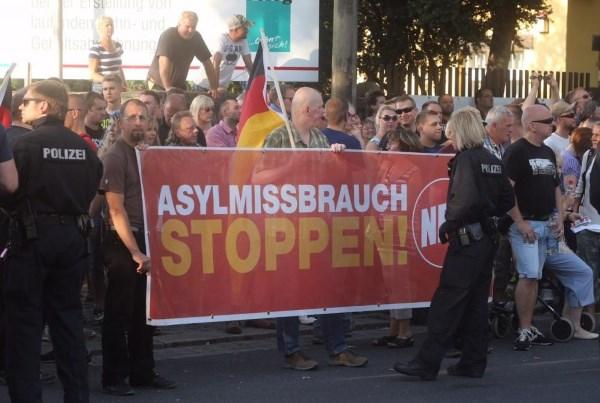 """Protestas prieš pabėgėlius Drezdene. Užrašas ant transparanto """"Prieglobsčiui – stop"""" . SCANPIX nuotrauka."""