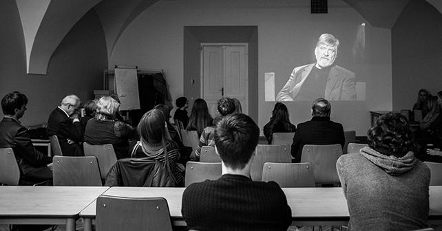 Buvę studentai, kolegos, draugai ir bendražygiai susirinko prisiminti Romo Sakadolskio. Karolio Pilypo Liutkevičiaus nuotr.