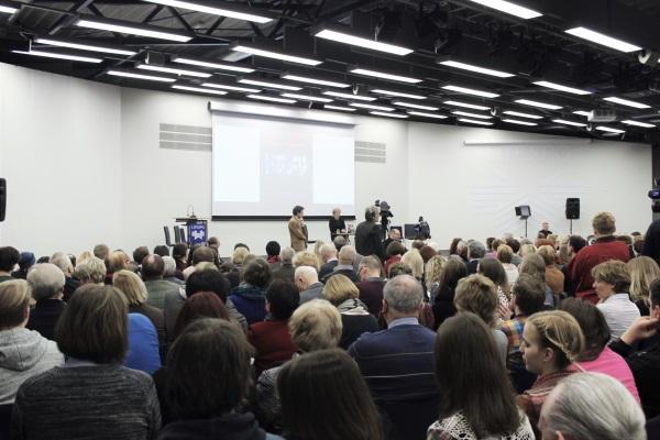 Parašas: Didžiausia knygų mugės salė pristatymo metu vos sutalpino įvairaus amžiaus auditoriją