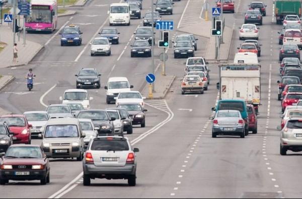 Vairavimo instruktorius pradedantiesiems vairuotojams pataria į pirmąsias keliones leistis su patyrusiais vairuotojais. Andriaus Ufarto (BFL) nuotrauka.
