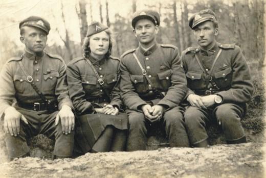 Dainavos apygardos Kazimieraičio rinktines partizanai. Iš kairės sėdi Jonas Budėnas-Klebonas (žuvo 1950 09 18-21) ir jo sesuo Sofija Budėnaitė-Ramunė (žuvo 1949 09 10), trečias - Vanago grupės vadas Jonas Jakubavičius-Rugys (žuvo 1948 09 16), ketvirtas -Vytauto tėvūnijos vadas Teofilis Valickas-Balys (žuvo 1949 09 10). 1948 m. balandis. Lrs.lt muotrauka