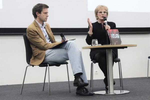 """Knygos """"Mūsiškiai"""" autorę Rūtą Vanagaitę kalbino žurnalistas Andrius Tapinas"""