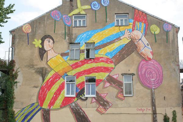 Kiekvienas gatvės meno kūrinys yra žinutė visuomenei. T. Šimkus 7 metų Gabijos piešinį perkėlė ant pastato sienos. Šis kūrinys skatina atkreipti dėmesį į vaikus, jų teises ir poreikius. Jį galite rasti Nemuno g. 30 Kaune. T. Šimkaus nuotr.