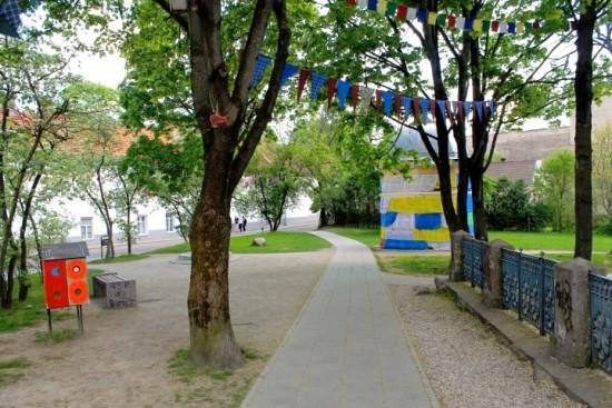 Perėjus tiltą, galima sakyti, prasideda jau atskira Užupio Respublika. Autorės nuotr.