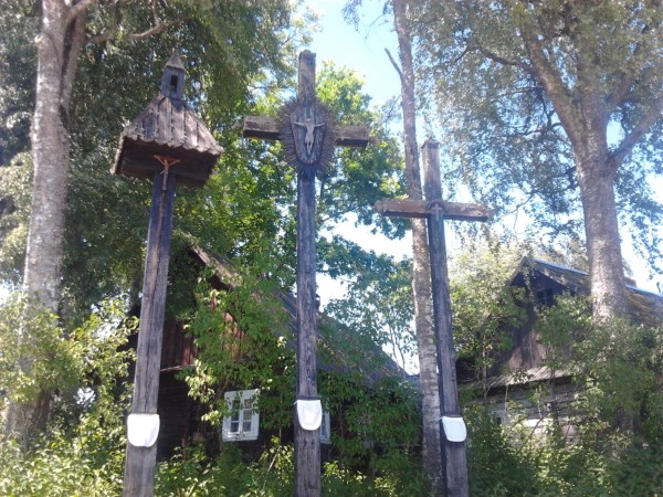 Dzūkiški kryžiai su prijuostėlėmis Zervynose. Dzūkų močiutės, norėdamos kažko paprašyti Dievo, pasiūdavo prijuostėles ir jomis papuošdavo kryžius, kad jų prašymai išsipildytų. Asmeninio albumo nuotr.