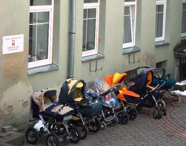 Materialaus turto neturinčios moterys stengiasi dėl sočios savo vaikų ateities. Bernardinai.lt nuotrauka