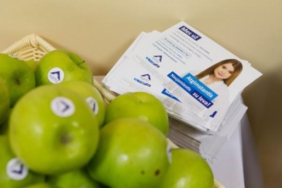 Mokykloje rinkėjus viliojusi saldainiais, šiandien I. Kačinskaitė – Urbonienė, siekdama bilieto į Seimą, siūlo pasivaišinti obuoliais.