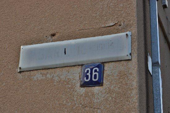 Vasario 16–osios gatvę centre rastų nebent vietinis, kuris net nežiūri į ženklus. Visiems kitiems susiorientuoti mieste daug sunkiau – dauguma gatvių pavadinimų jau neįskaitomi. Autoriaus nuotr.