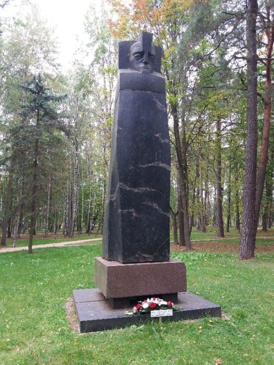 1984 metais Mažeikių parke pastatyta akmeninė skulptūra režisieriaus atminimui. Autorės nuotr.