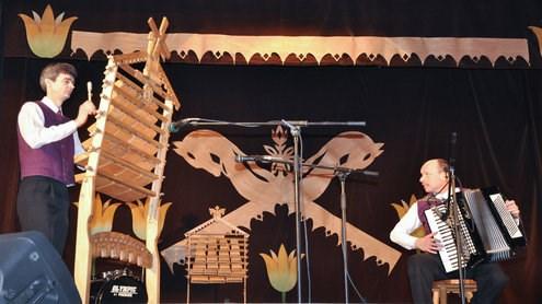 Skrabalninkų šventėje, groja paties pasigamintais skrabalais. E. Impolio asmeninio archyvo nuotr.