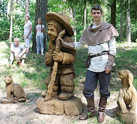 Prie J. Biliūno motyvais sukurtų medžio skulptūrų. E. Impolio asmeninio archyvo nuotr.