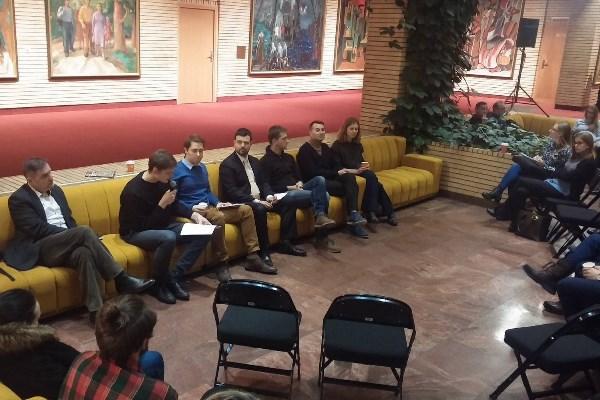 Kokia yra šiandienos žiniasklaida: galinga ar bejėgė? Apie žiniasklaidos vaidmenį diskutavo pokalbio dalyviai: iš kairės į dešinę – Andrius Vaišnys, Karolis Kaupinis, Simas Čelutka, Nerijus Maliukevičius, Vykintas Pugačiauskas, Mindaugas Jackevičius ir Rugilė Trumpytė. LNDT Facebook nuotr.