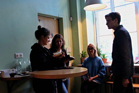 Renginyje kūrėjas leido susirinkusiems iš arčiau susipažinti su instrumentu. Autorės nuotr.
