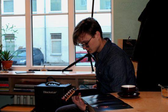 R. Gražys demonstruoja gitaros skambesį. Autorės nuotr.