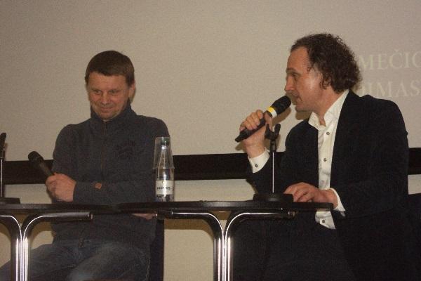 Aktorius Rolandas Kazlas ir pokalbio moderatorius Ridas Jasiulionis. Autorės nuotr.