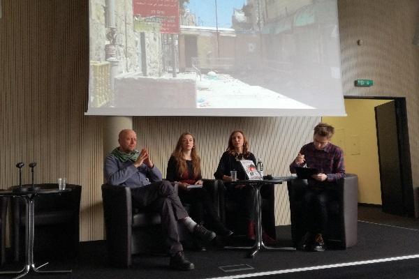 Diskusijos dalyviai (iš kairės): režisierius Jonas Ohmanas, aktyvistė Gabrielė Tervidytė, knygos autorė Gabrielė Steikūnaitė ir vedėjas Karolis Vyšniauskas. Autorės nuotr.