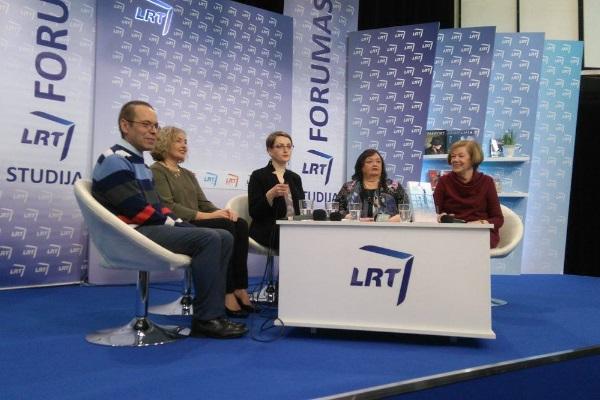 """Diskusija """"Renkuosi kūrybos kalbą"""". Iš kairės: Valdas Papievis, Dalia Staponkutė, Jūratė Čerškutė, Violeta Kelertienė, Birutė Putrius. Autorės nuotr."""